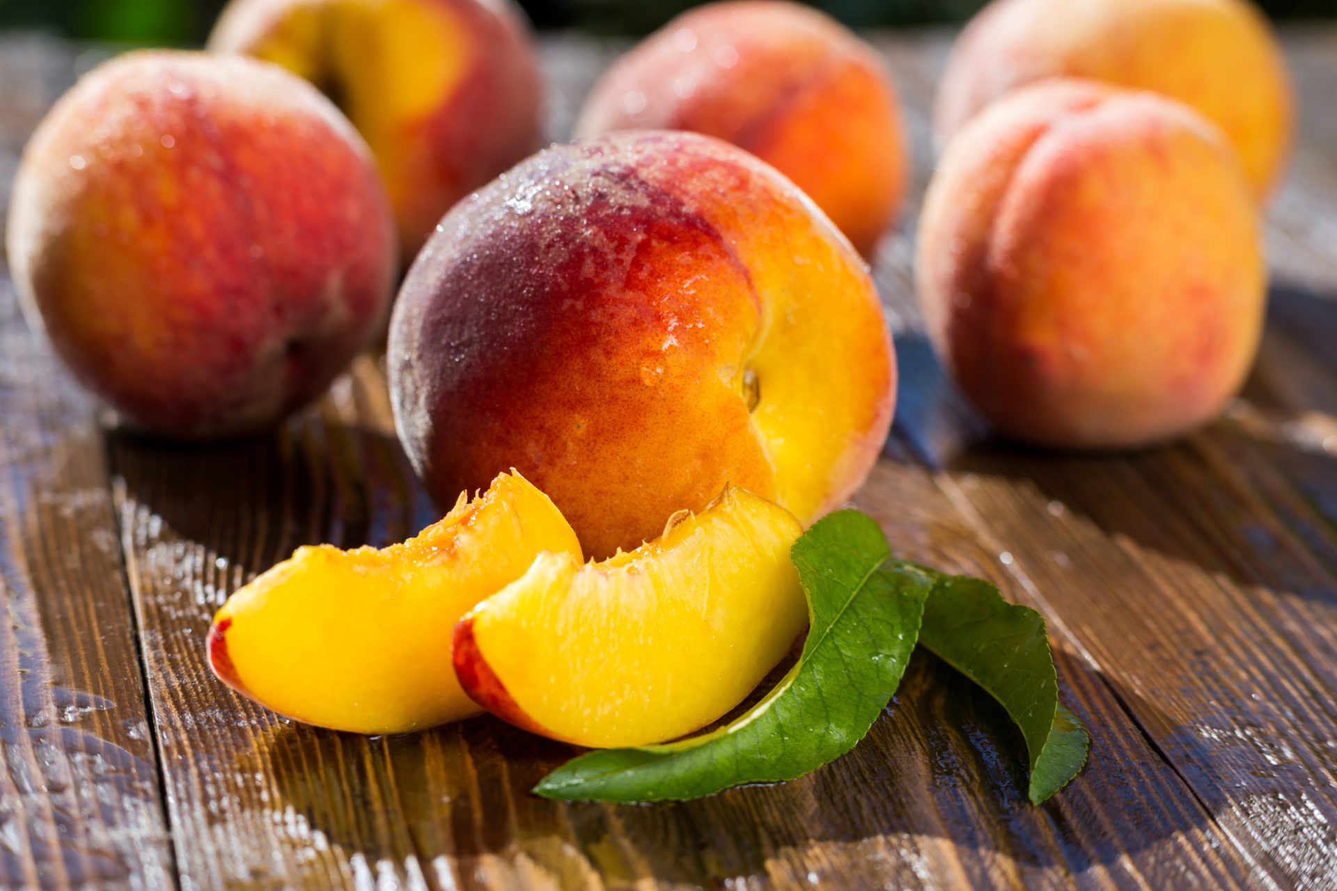 Fresh,Sweet,Group,Of,Sliced,Peaches,On,Wooden,Background,In