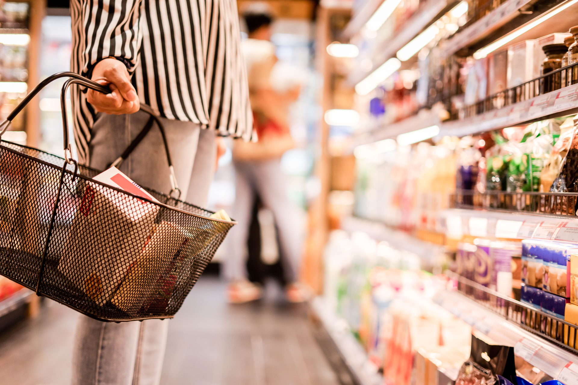 Women,Choosing,Products,In,Supermarkets,,Ready-to-eat,Food,,Shopping