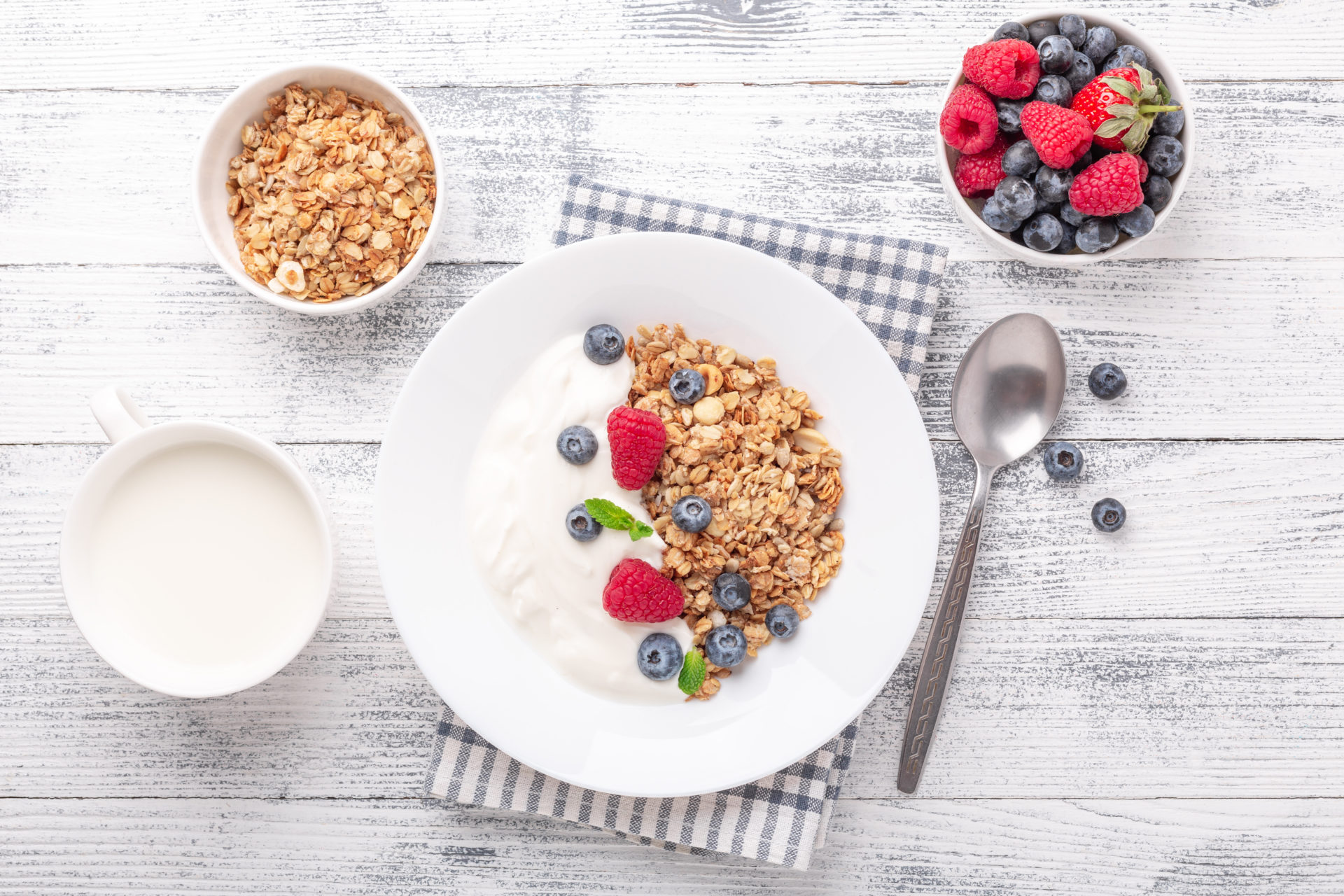 Yogurt,With,Baked,Granola,And,Berries,In,White,Ceramic,Plate